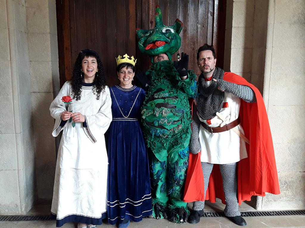 """Actors de la versió teatral del conte """"Sant Jordi, la princesa, la rosa i el drac"""", l'abril de 2017"""
